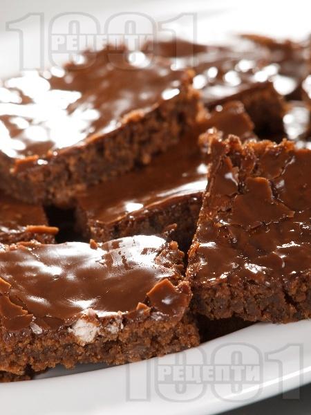 Много шоколадов сладкиш с кисело и прясно мляко и глазура от шоколад - снимка на рецептата